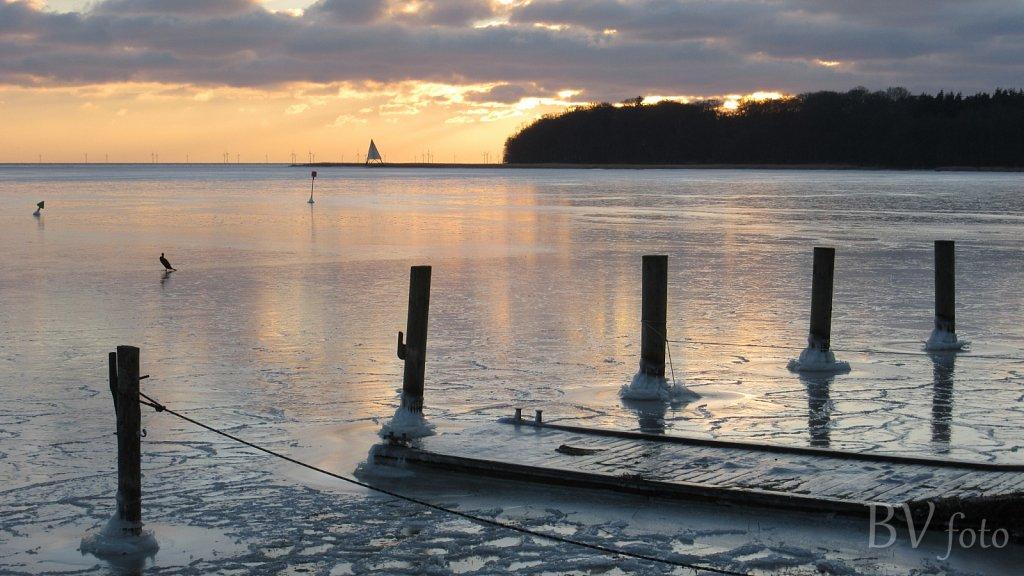 Isvinter med tilfrosset bådepladser