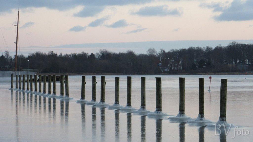 Isvinter med tilfrosset havn