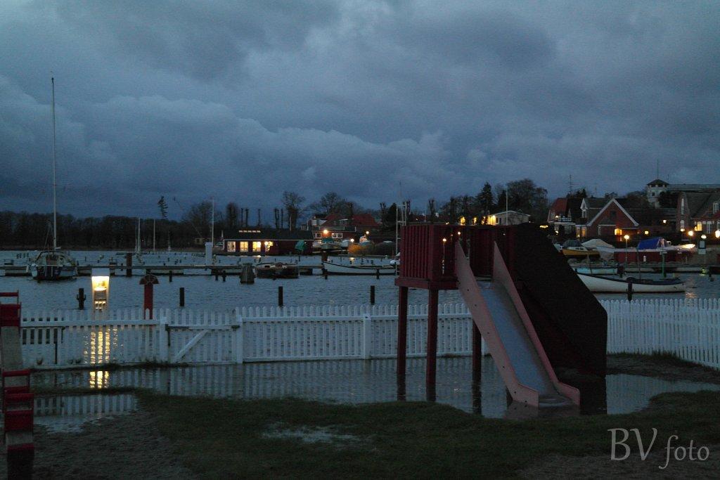 Legepladsen oversvømmes